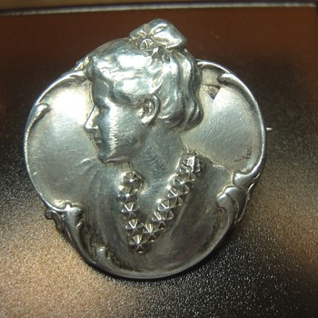Art Nouveau woman's head brooch - Art Nouveau