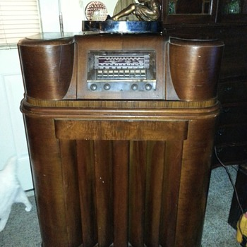 Philco Floor model 42-390 FM/shortwave radio