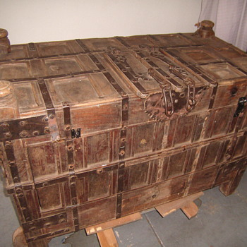 Trunk with hidden conpartments - Furniture