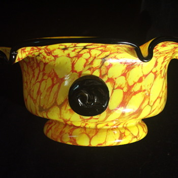 """Would the """"S"""" Prunts on this bowl suggest KRALIK - Art Glass"""