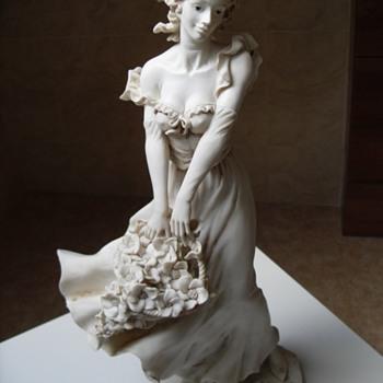 Please help me identify my beautiful lady - Figurines