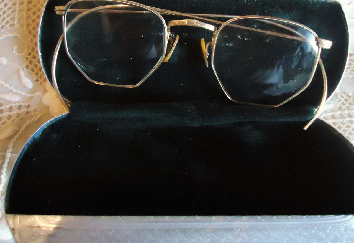 93d5c70f429 Thrift store Reading Glasses!  4.50 And I use them! 12k GF! cool aluminum  case!!