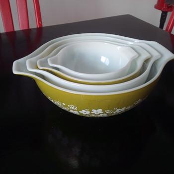 Set of 4 Pyrex Spring Blossom Green Crazy Daisy Cinderella Nesting Mixing Bowls - Kitchen