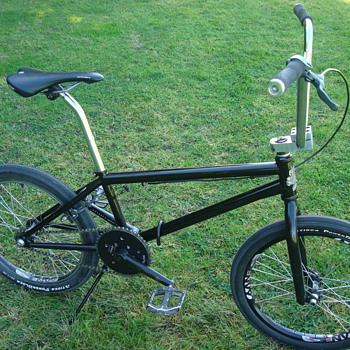2010 STEADFAST BMX BIKE  - Sporting Goods