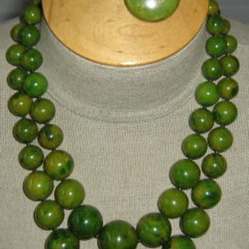 Spinach green bakelite necklace, earrings, bracelet - Costume Jewelry
