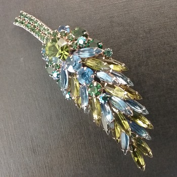 Caviness by D & E brooch - Costume Jewelry