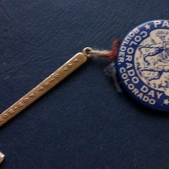 1858 Paydirt Gold Rush badge with hammer - Advertising