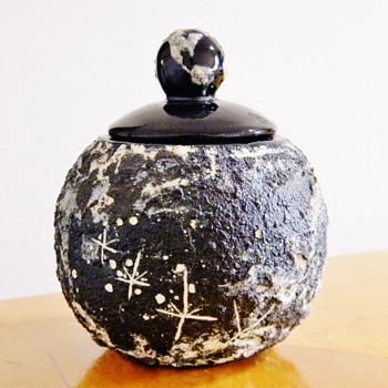 Helen Garriott EARTHRISE Jar MOON ASTRONAUT FOOTPRINTS Paid $2.99 /$$$ - Pottery