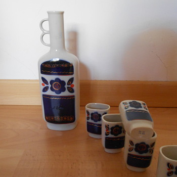 Wine jug and 5 small cups - Bottles