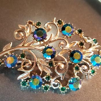 Green rhinestone and gold tone brooch - Costume Jewelry
