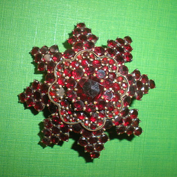 Gold-plated Victorian brooch star with  Bohemian garnet 19th century. - Costume Jewelry