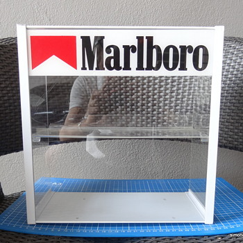 Marlboro point-of-sale acrylic display case. - Advertising
