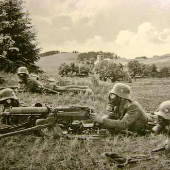 WWI MACHINE GUN SQUAD IN STALHELMS AND GAS MASKS - Postcards