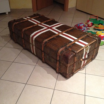 Trunk with red and white crosses - Furniture