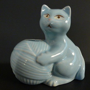 Kitten with yarn ball ceramic yarn/ribbon dispenser - Animals