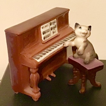 Hagen Renaker cat playing piano - Animals