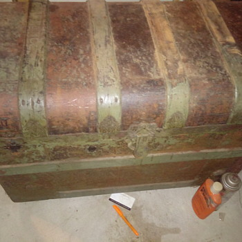 Old treasure chest? See pics. - Furniture