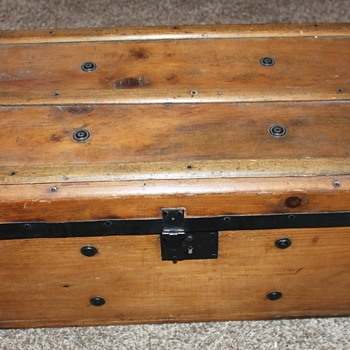 Neat little trunk/chest- trying to determine age - Furniture