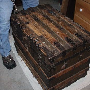1880's or so - heavy trunk - Furniture