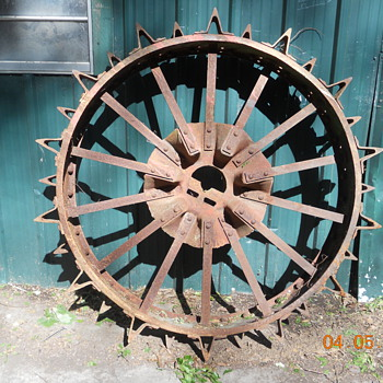 Old Tractor Wheels have steele cletes on them - Tractors