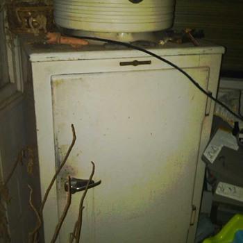 old G E frig. - Kitchen