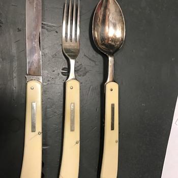 Folding silverware set