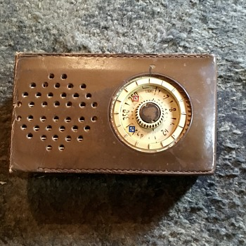 Dynatron tourist pocket transistor radio/ January 1961. - Radios