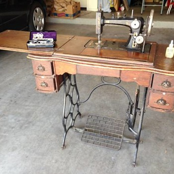 Unknown National 3/4 size, angular body, top tension Treadle