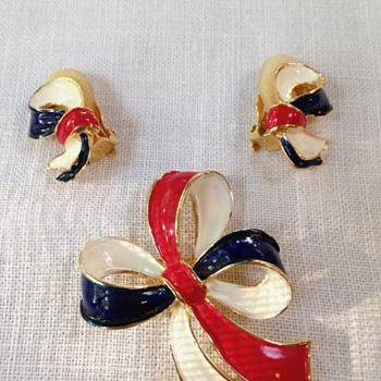 red white and blue painted ribbon brooch with matching earrings - Costume Jewelry