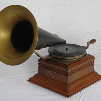 Zonophone front mount gramophone 1905 - Records