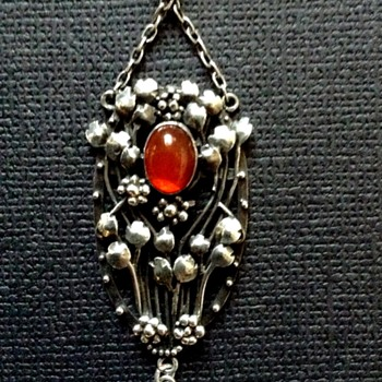 British Arts & Crafts floral silver pendant with carnelian and MoP, c. 1900 - Arts and Crafts