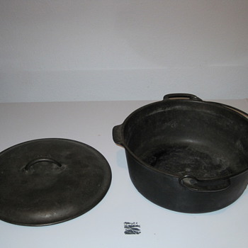 """No8"" Cast Iron Dutch Oven"