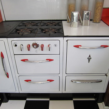 1930s? Wedgewood Stove with Fun Red Highlights - Kitchen