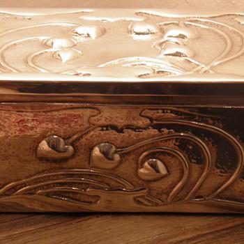 Solid Silver ART NOUVEAU Box.  London Hallmarks - Art Nouveau