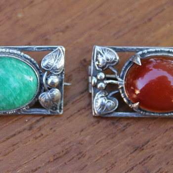 Two similar brooches, Arts and Crafts style - Fine Jewelry