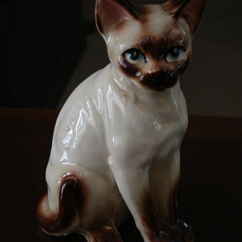 COULD THIS BE A ROYAL DOULTON SIAMESE CAT? NEED YOUR HELP ID. - Animals
