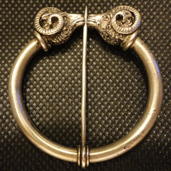 Etruscan revival penannular silver brooch by Coppini c. 1890 - Fine Jewelry