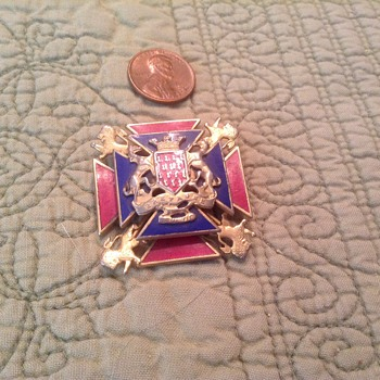WW II COAT OF ARMS PIN  RARE??? - Military and Wartime