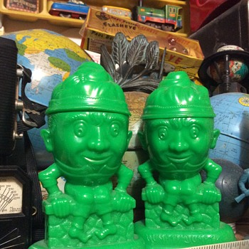 The King has the Crown — Salt and pepper shakers  - Kitchen