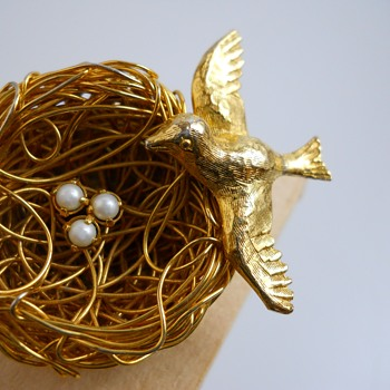 "Vintage Gold Toned""Jeanne""Bird Nest Brooch, Circa 1960-70 - Costume Jewelry"