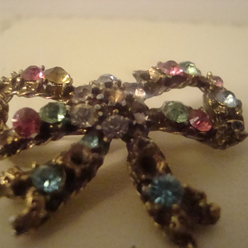 Little bow with major issues - Costume Jewelry