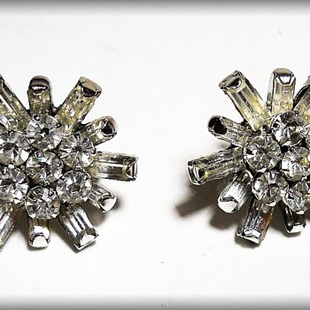 Vintage Twist-Back SNOWFLAKE Earrings  - Costume Jewelry