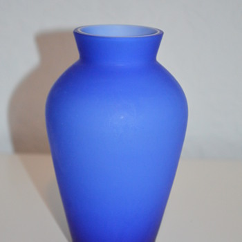 Simple cobalt blue vase - Art Glass