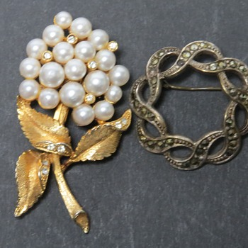 Vintage Costume Brooches - Costume Jewelry