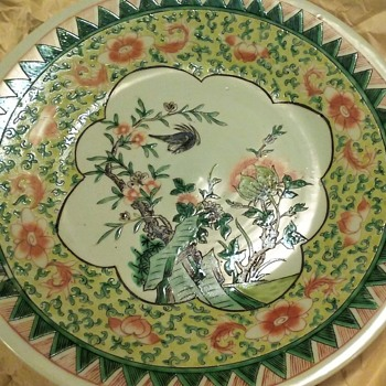Can't find any info on this plate. Bought 1976 in Singapore.