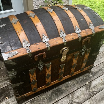 1880's Saratoga grade antique trunk  - Furniture