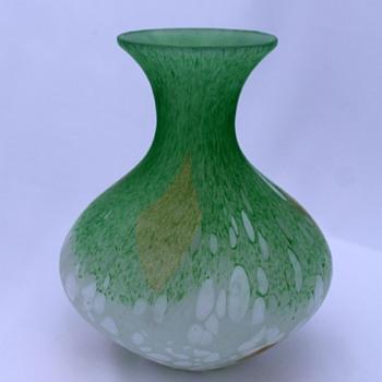 Green vase designed by Hisatoshi Iwata - Art Glass
