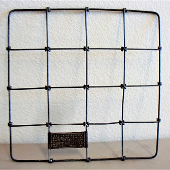 STORE DISPLAY - WOVEN WIRE FENCE - Advertising