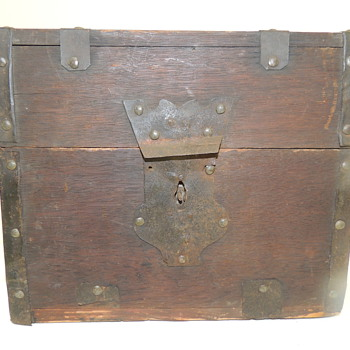 "18th Century American Liquor Carrying Chest - 9""x 7 1/2""x 8"" - Office"