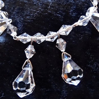 PRETTY VINTAGE CRYSTAL OR GLASS NECKLACE. - Costume Jewelry